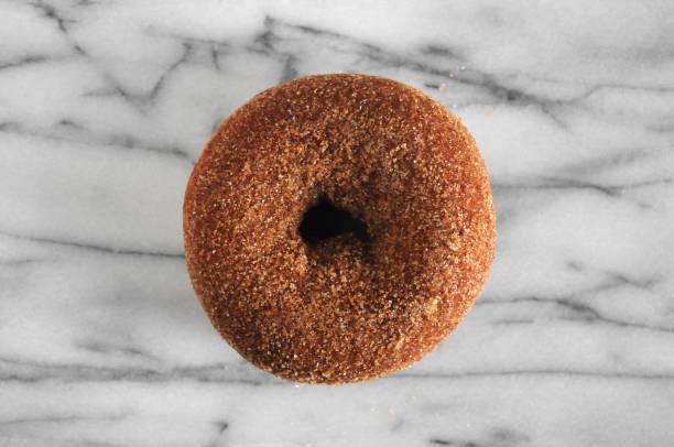 zimt-zucker donut - apfelweinkuchen stock-fotos und bilder