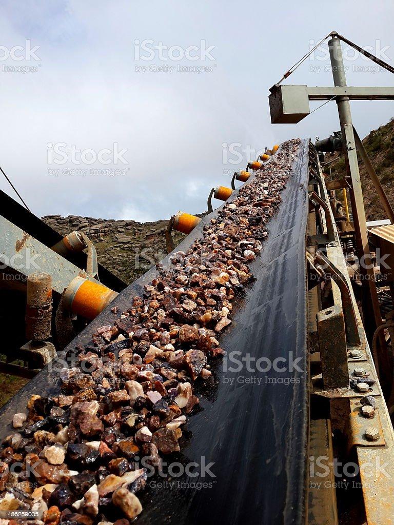 cinta transportadora de piedra stock photo