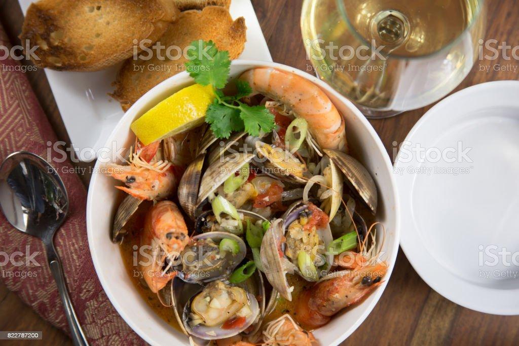 Cioppino de pescados y mariscos gallegos - foto de stock