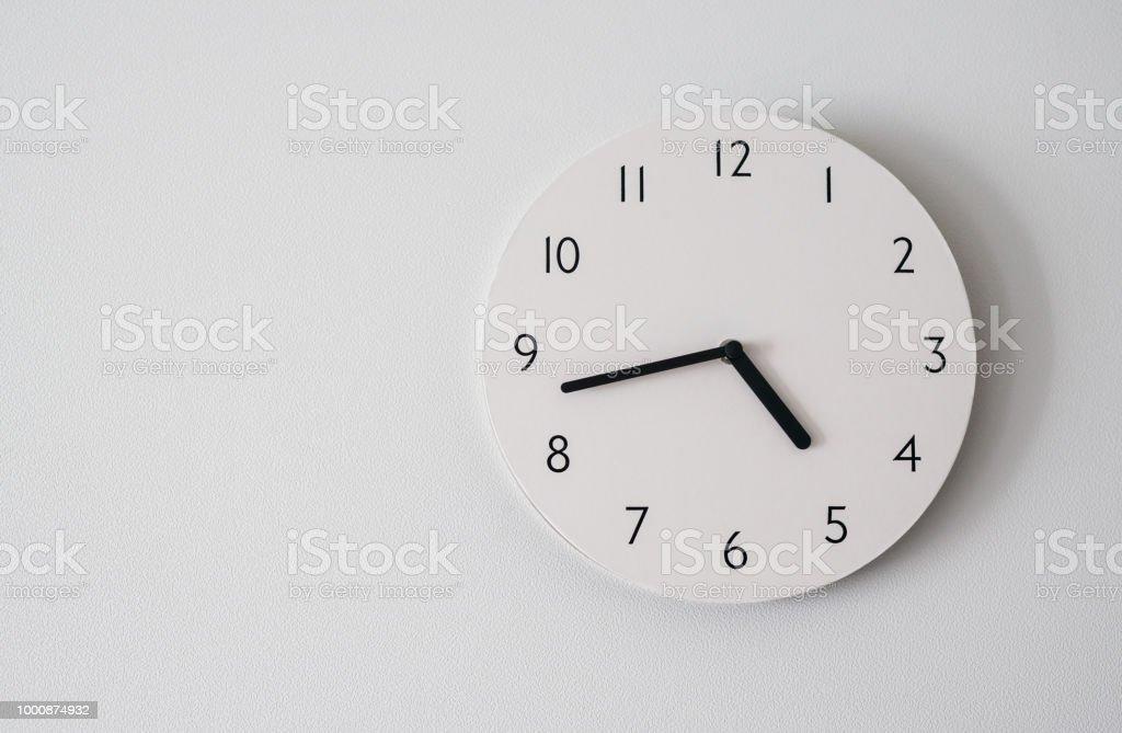 círculo del reloj en la pared de fondo blanco. - foto de stock