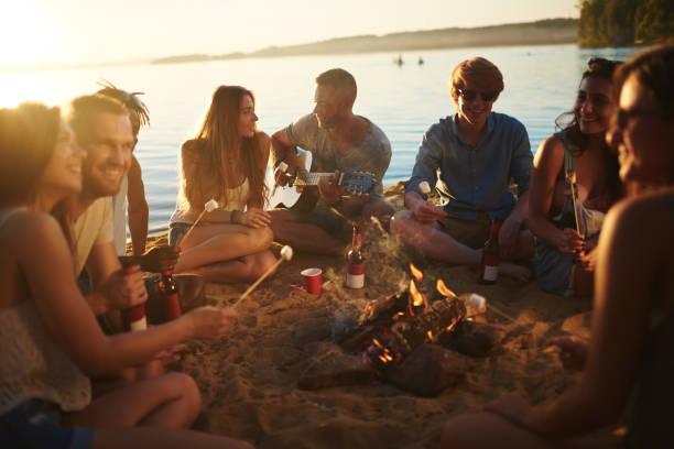 circle of campers - falò spiaggia foto e immagini stock