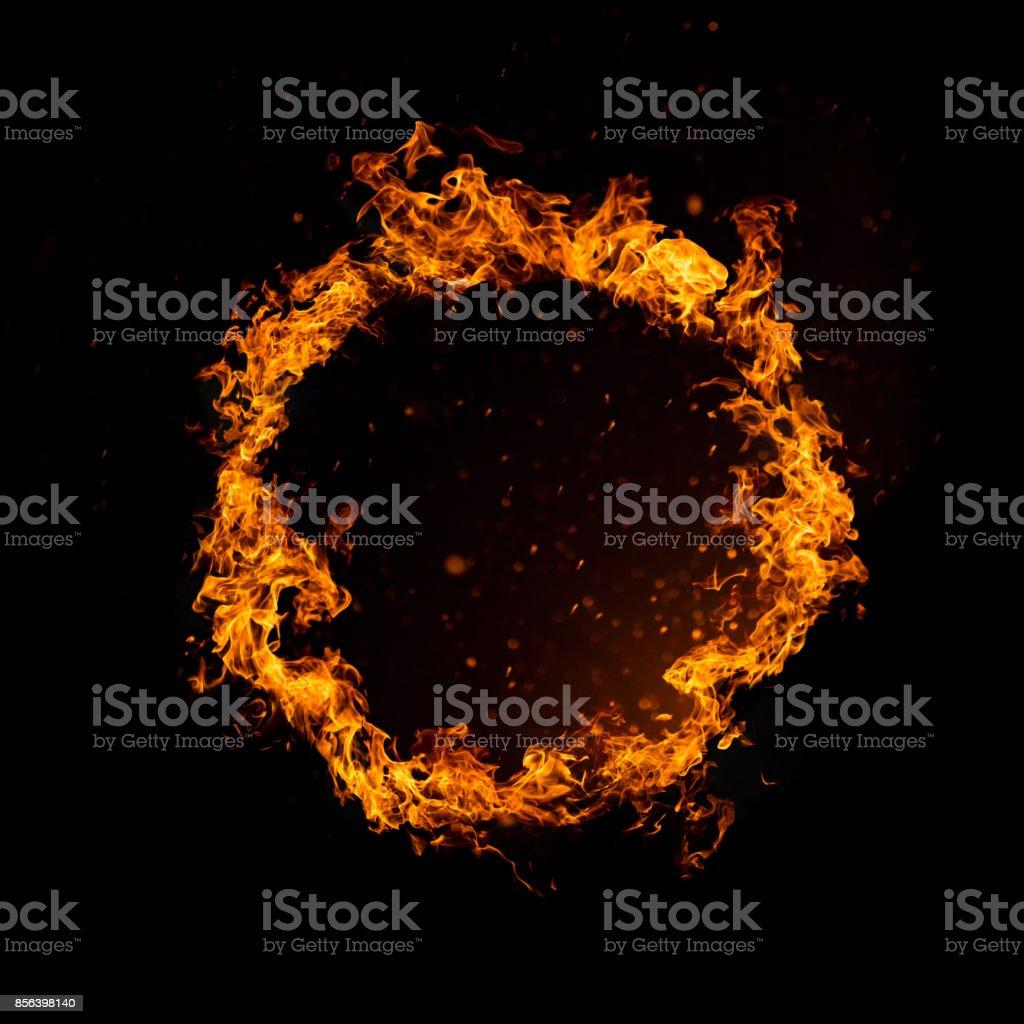 Kreis des Feuers isoliert auf schwarz – Foto