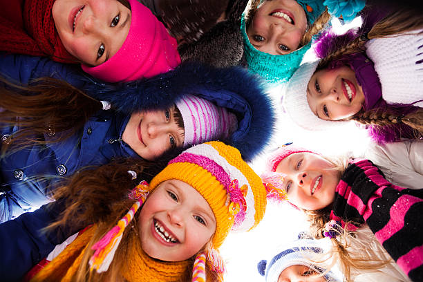 gruppe von happy kids im freien - schneespiele stock-fotos und bilder