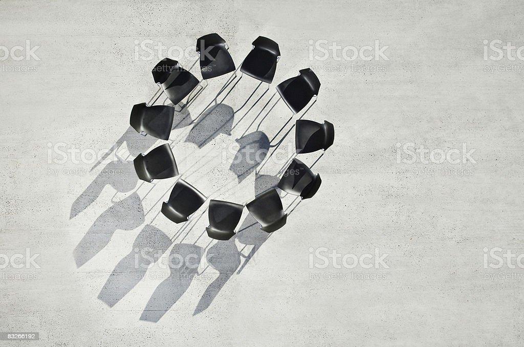 Círculo de oficina sillas en la acera - foto de stock