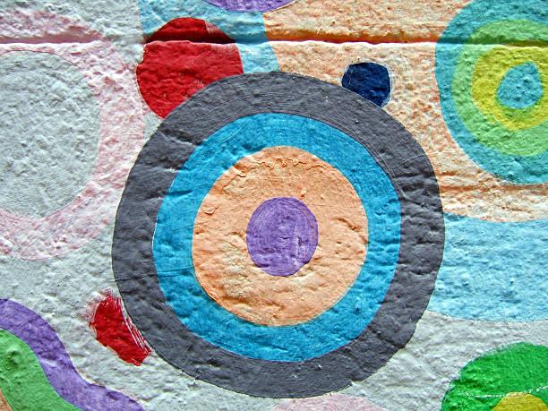 circle auf die wand gemalt - naive malerei stock-fotos und bilder