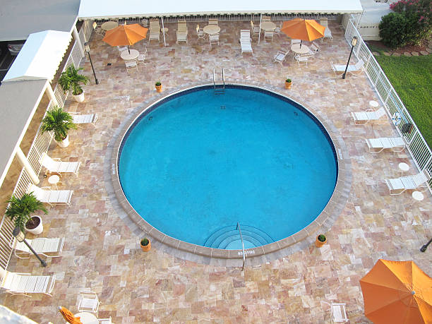 circular blauen swimmingpool 2 - pool rund stock-fotos und bilder