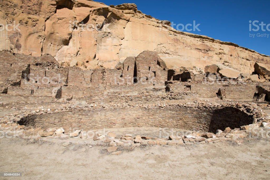 뉴멕시코에 있는 차코 협곡 국립 역사 공원 원형 kiva - 로열티 프리 0명 스톡 사진