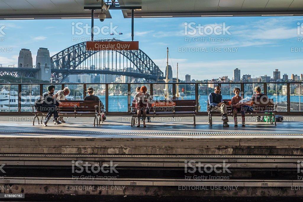 Circular Quay Railway Station, People and Sydney Harbour Bridge foto
