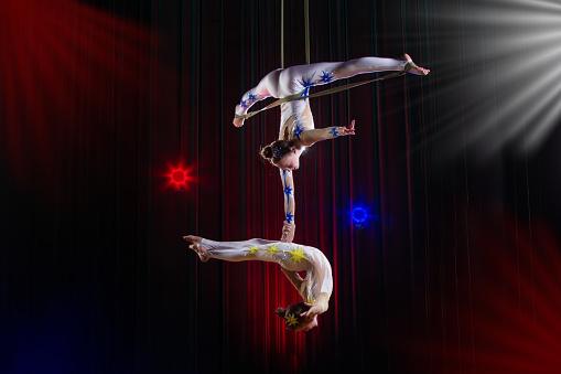 馬戲團女演員雜技表演兩個女孩在空中表演雜技 照片檔及更多 人 照片