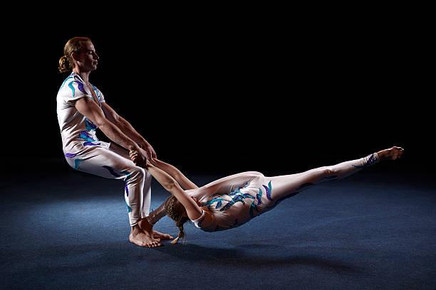Zirkus Künstler ausführen verschiedene tricks. – Foto