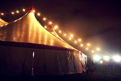 Цирк На Ночь — стоковые фотографии и другие картинки Без людей