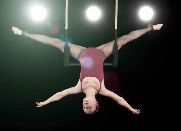 zirkusvorstellung am trapez - trapez stock-fotos und bilder