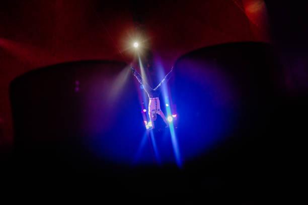 zirkuskünstler in einer akrobatischen live-act - trapez stock-fotos und bilder