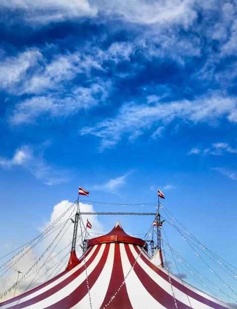 Zirkus Zelt gegen blauen Himmel – Foto
