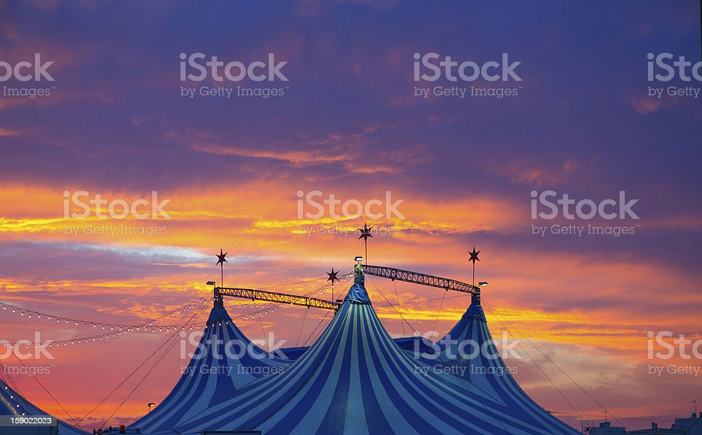 Circus tent in a dramatic sunset sky colorful - 免版稅享受圖庫照片