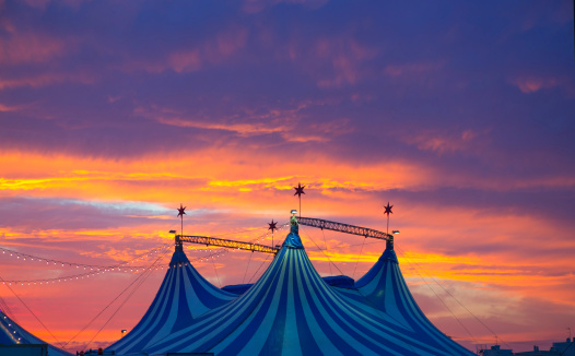Circus Tent In A Dramatic Sunset Sky Colorful 照片檔及更多 享受 照片