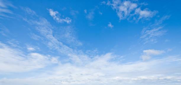 nuages de cirrus dans un ciel bleu - sky photos et images de collection
