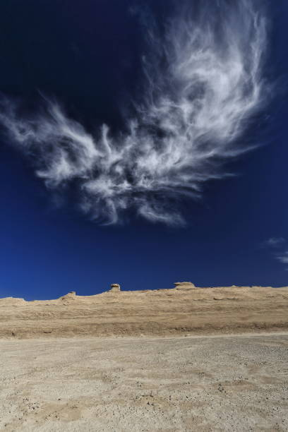Cirrus uncinus Wolke über winderodierten Pferde kopfförmigen Yardangs. Qaidam desert-Qinghai-China-0585 – Foto