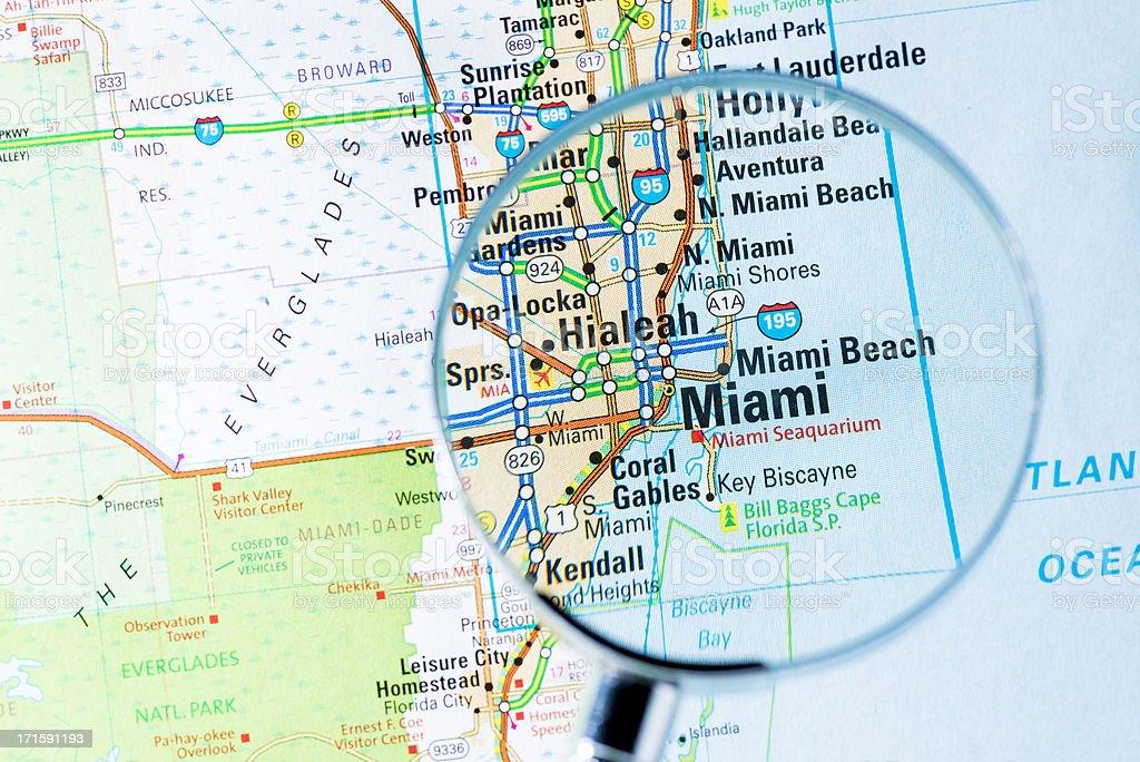 foto de cidades com lupa sobre o mapa de miami e mais