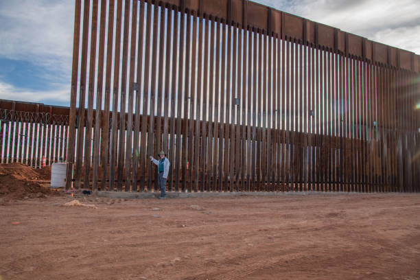 fotógrafo ciudadano inspecciona muro fronterizo entre ee.uu. y méxico - joe biden fotografías e imágenes de stock