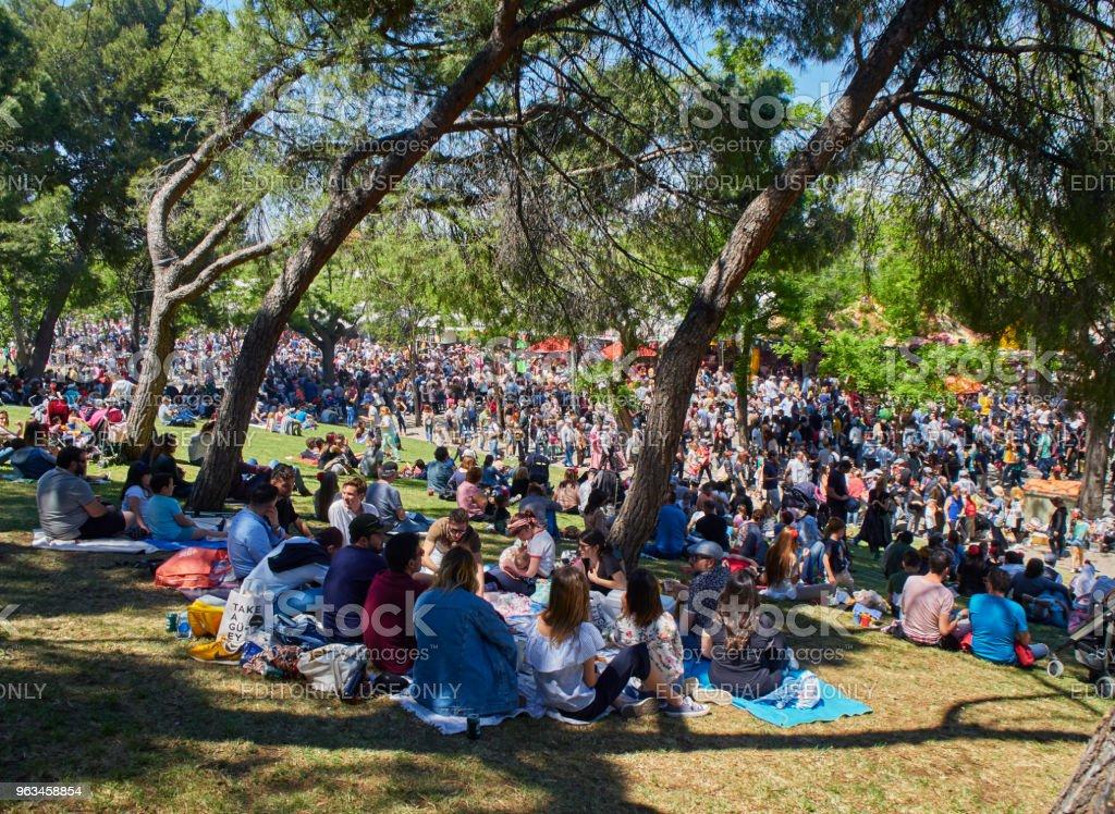 Ciudadanos honrar a su patrona en la festividad de San Isidro justo. - Foto de stock de Parque público libre de derechos