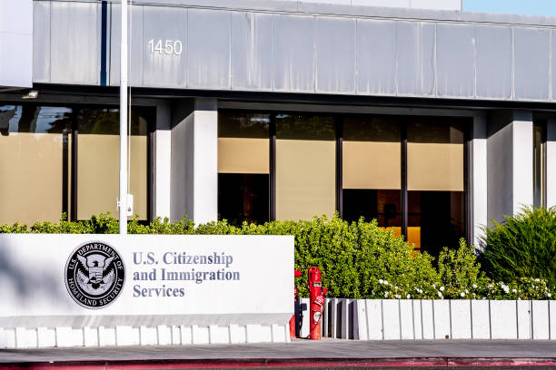 U.S. Citizenship and Immigration Services (USCIS) office Nov 24, 2019 Santa Clara / CA / USA - U.S. Citizenship and Immigration Services (USCIS) office located in Silicon Valley; USCIS is an agency of the U.S. Department of Homeland Security (DHS) department of homeland security stock pictures, royalty-free photos & images