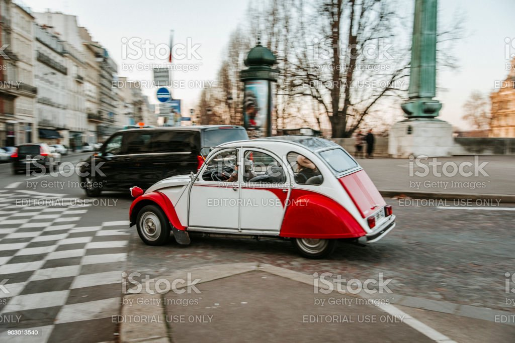 Citroen 2CV dans Paris - Photo