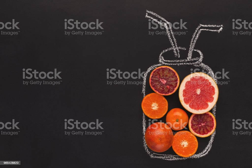 黑底粉筆劃罐柑桔果實 - 免版稅一片圖庫照片