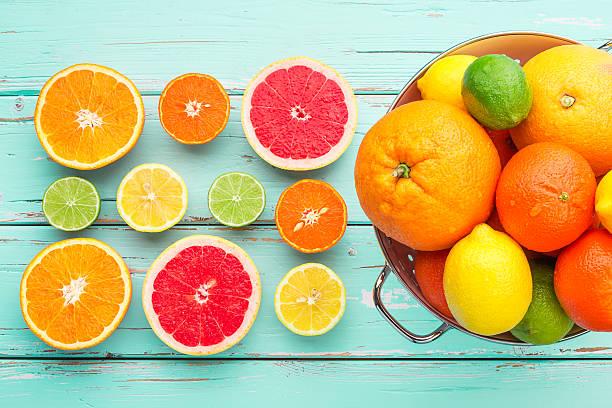 frutas cítricas no escorredor retrô. - c - fotografias e filmes do acervo