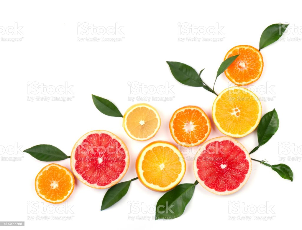 Agrumes isolés sur fond blanc. Isolé des agrumes. Morceaux de citron, pamplemousse rose et orange isolé sur fond blanc, avec un tracé de détourage. Vue de dessus - Photo