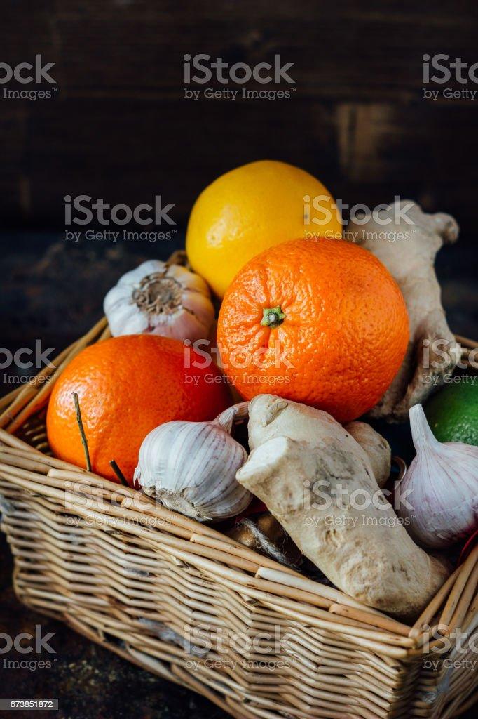 Citrus fruits with ginger roots inside basket. photo libre de droits