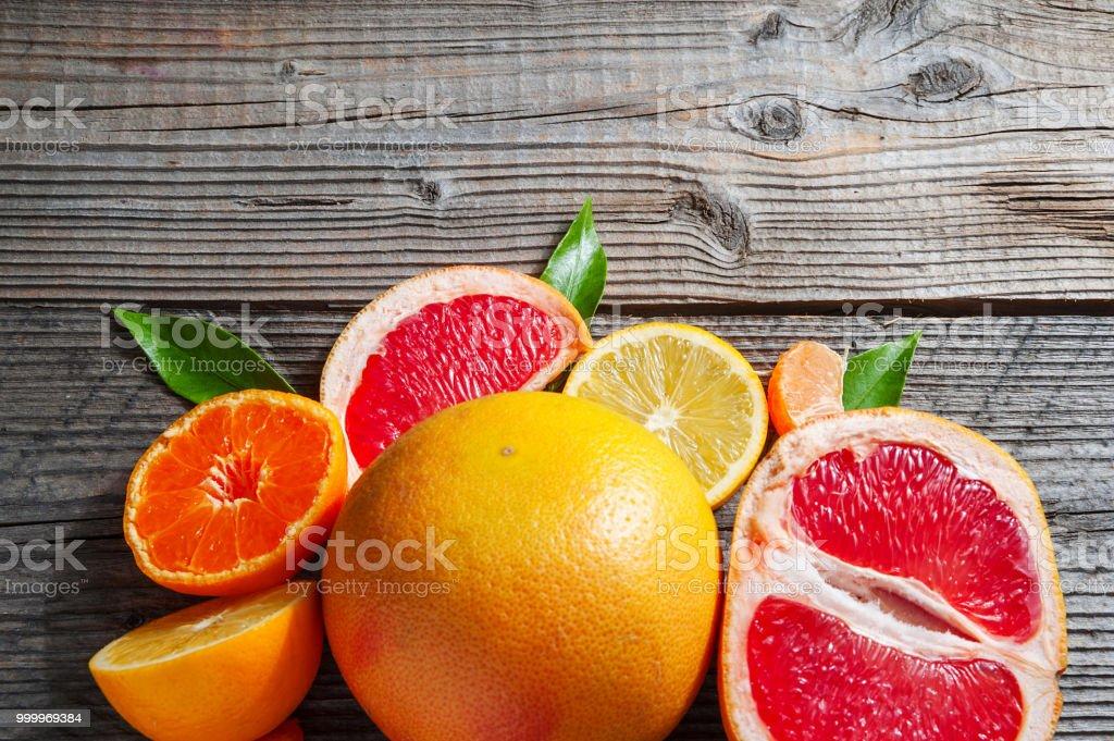 Zitrus Set von Grapefruit, Zitronen und Mandarinen auf alten hölzernen Hintergrund. – Foto