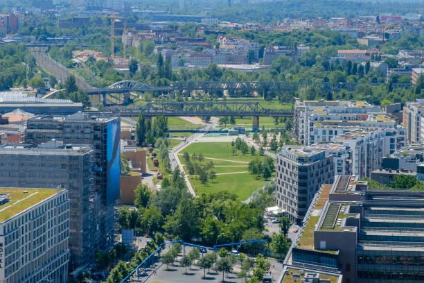 antenne - stadt öffentliche park im zentrum von berlin - berlin tempelhof stock-fotos und bilder