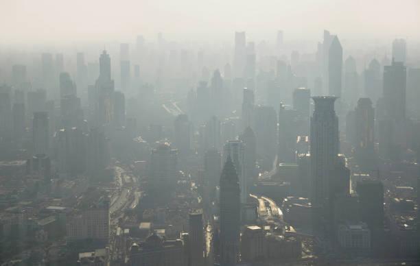 Luftverschmutzung in der Stadt. Luftaufnahme von Shanghai vom Jinmao-Turm in China – Foto
