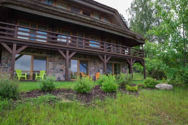 City Amatciems, República Letona. Casa de huéspedes y patio verde. Fachada de casa y exterior. Foto de viaje 14. Junio 2019 - foto de stock