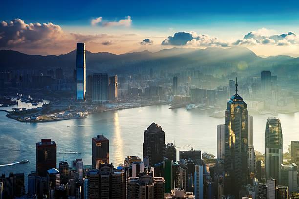 city and harbor at sunrise - hong kong fotografías e imágenes de stock