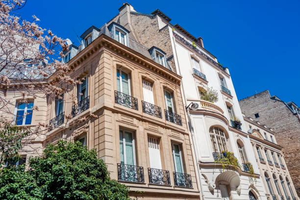 cityapartments in paris, frankreich - französische häuser stock-fotos und bilder