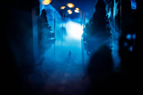 stadt bei nacht im dichten nebel. dicken smog in einer dunklen straße. silhouetten von menschen auf der straße. tisch-dekoration. selektiven fokus - plants of zombies stock-fotos und bilder