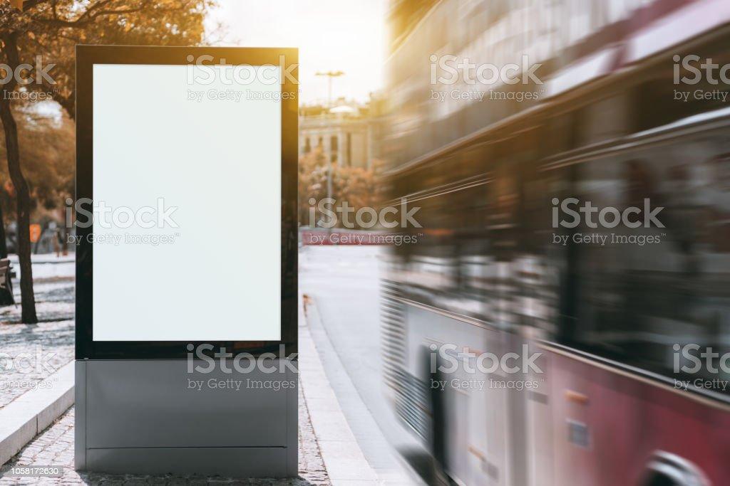 Stadt Banner Mock-up und roten Bus mit Motion blur – Foto