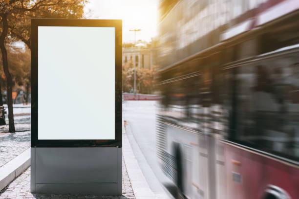 stad banner mock-up en rode bus met motion blur - bushalte stockfoto's en -beelden