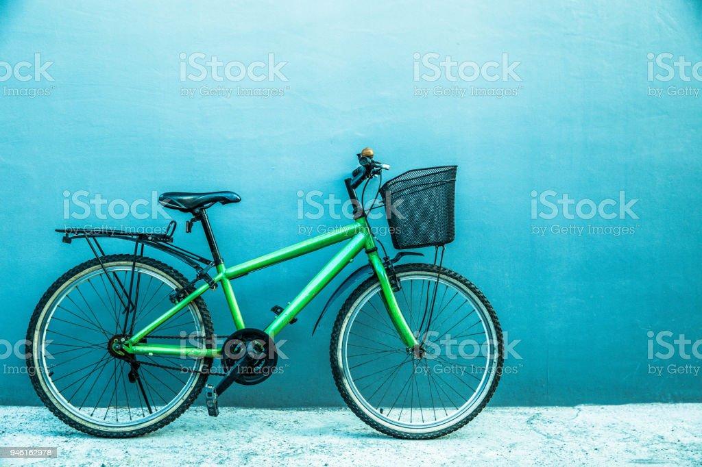 Bicicleta de cidade na parede cinza backgound - foto de acervo
