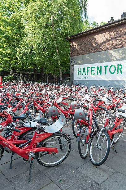 city fahrrad mieten station in hamburg - reifen hamburg stock-fotos und bilder