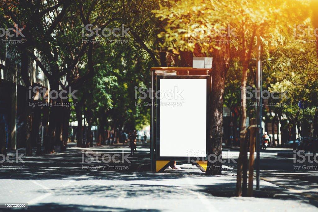 Maquette du panneau d'affichage vide ville dans sur l'arrêt de bus - Photo