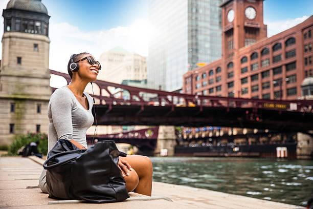 city break in chicago - woman relaxing at lunch time - städtetrip stock-fotos und bilder