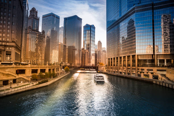 edificios de la ciudad y el horizonte sobre el río de chicago illinois usa - chicago illinois fotografías e imágenes de stock