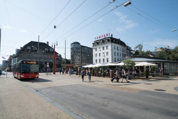 Stadtbus öffentlicher Verkehr an einer belebten Kreuzung in der Innenstadt mit Fußgängern – Foto