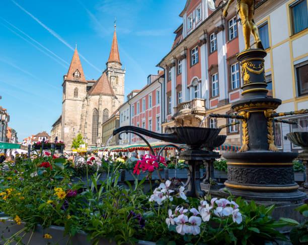 Stadtkirche mit Markt ansbach in Bayern – Foto