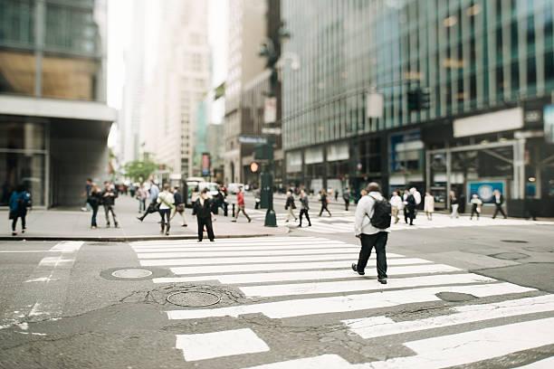 new york city cross-minuti a piedi, cambio di inclinazione - city walking background foto e immagini stock