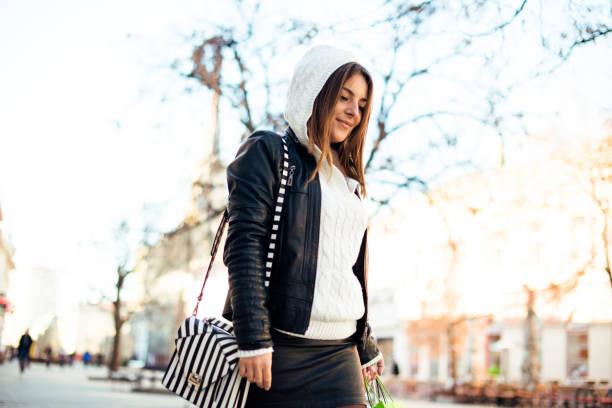 city girl  - lederjacke mit kapuze damen stock-fotos und bilder