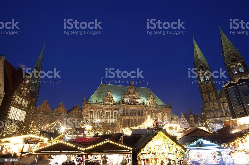 City Hall y el mercado navideño en Bremen por la noche - foto de stock